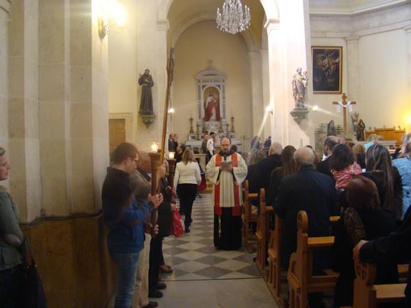In chiesa fra Ibrahim presiede il rito della <i>Via Crucis</i> durante la scorsa quaresima.