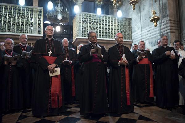 All'interno breve sosta in preghiera davanti all'edicola del Santo Sepolcro. (foto CMC - Nadim Asfour)