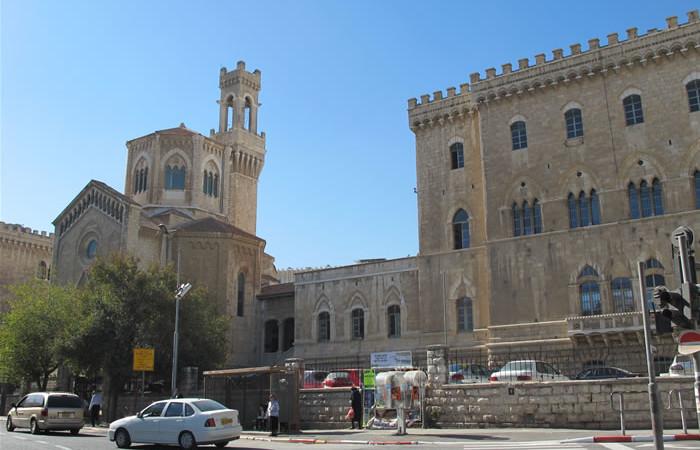 Appena a nord di Musrara, il turista si imbatte in una costruzione dall'aspetto familiare: è l'ex ospedale italiano di Gerusalemme. (foto J. Kraj)