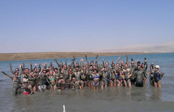 L'immancabile bagno di gruppo nelle acque del Mar Morto. (foto L. Milan)