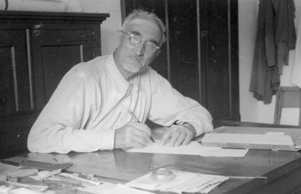 L'architetto Antonio Barluzzi nel suo studio a Nazaret (1955).