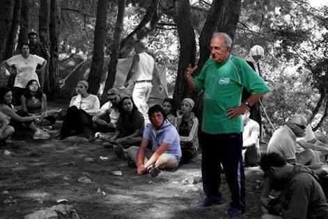 Padre Frans parla a un gruppo di giovani.