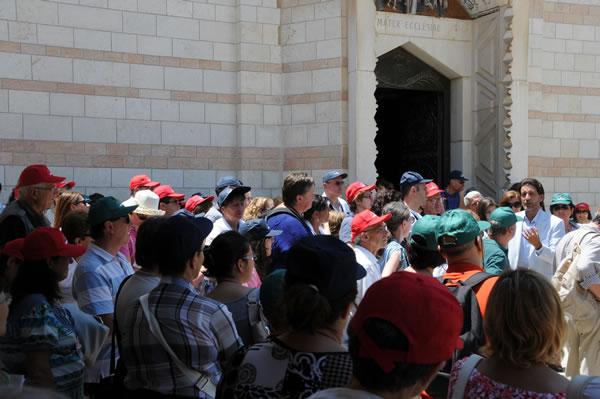 Foto d'archivio. Un gruppo di pellegrini del Rinnovamento nello Spirito Santo a Nazaret, davanti alla basilica dell'Annunciazione. (galleria fotografica 1/4)