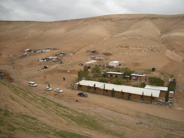 Alcune abitazioni del villaggio beduino di Abu Hindi e, in primo piano, la scuola di bambù. (galleria fotografica di E. Mancini) [1/6]