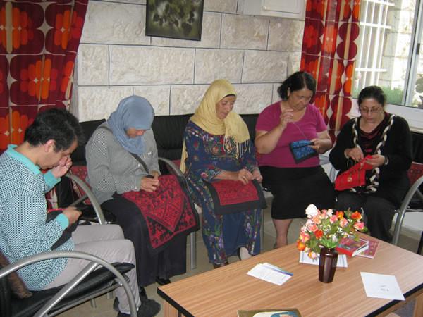 Un momento di lavoro comune per la sartoria del Centro melchita di Ramallah. (Clicca sull'immagine per vedere la galleria fotografica)