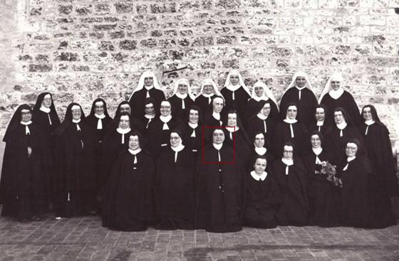 Foto di gruppo delle clarisse di San Quirico nel 1953. Al centro, nel riquadro, madre Giuseppina.
