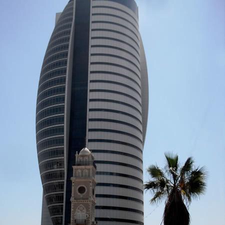 Haifa. La vecchia torre dell'orologio sovrastata da un moderno edificio sede di uffici amministrativi. (galleria fotografica di C. Cruciati)