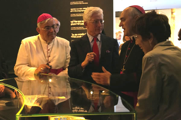 Davanti alla teca che contiene il codice miniato da sinistra mons. Marcuzzo, il direttore del Museo di Israele James S. Snyder, e il nunzio Lazzarotto. (clicca sulla foto per la galleria) [foto Cts/Mab]