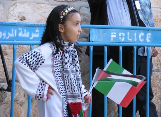 La piccola Malak attende il presidente Napolitano e il suo seguito sul sagrato della basilica della Natività. (foto Cts)