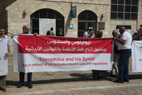 Manifestanti a Gerusalemme: «Theophilos dimettiti!»