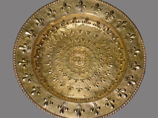 Alcune delle opere esposte a Parigi: un bacile d'argento, dal diametro di 39 centimetri, lavorato a sbalzo, cesellato e dorato. Offerto da re Luigi XIII di Francia. (fotografie: A. Bussolin/Cts) [1/4]
