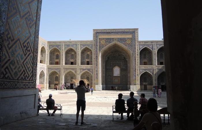 Turisti nel cortile interno della madrassa. I monumenti sono presidiati da artigiani locali con le loro bancarelle. (foto G. Sandionigi)