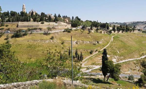 Da questo punto la cabinovia punterà verso il monte Sion, scavalcando la valle della Geenna (foto m.a.b./CTS)