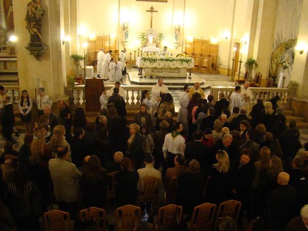 I cristiani rimasti in città hanno affollato le chiese per i riti pasquali di inizio aprile.