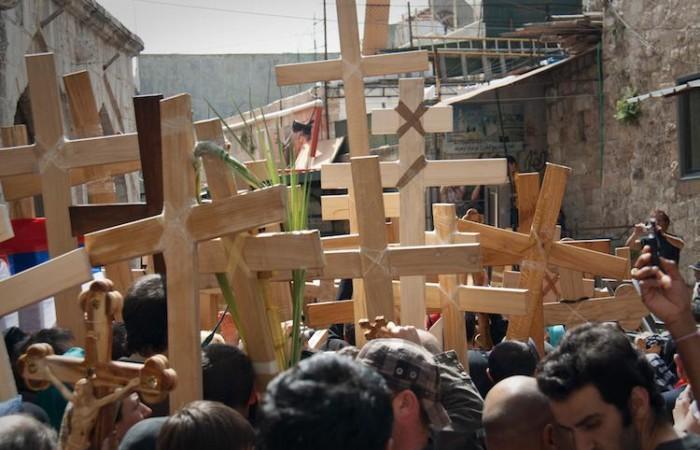 Pellegrini ortodossi in processione nel Venerdì Santo (foto Miriam Mezzera/CTS)