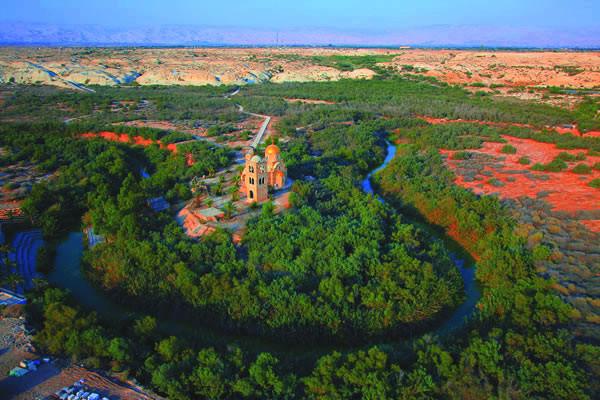 Una foto area del Sito del Battesimo, lungo il fiume Giordano, prima che venissero edificato il nuovo complesso di chiese.