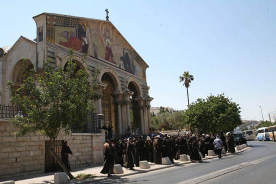 Gerusalemme. Alla basilica dell'Agonia, presso l'Orto degli Ulivi.