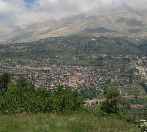 Veduta del villaggio di Bcharré, nella valle di Qadisha. Qui ebbe i natali Kahlil Gibran, famoso poeta libanese vissuto a cavallo tra lOttocento e il Novecento.