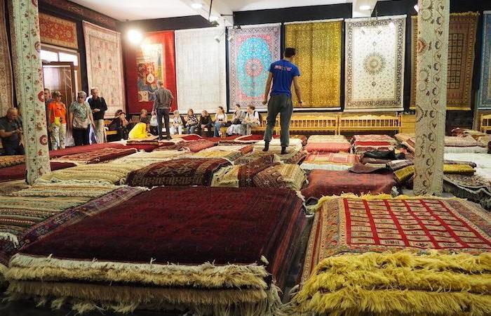 Sono celebri i tappeti di Bukhara, che sulla Via della seta ne era un importante mercato. (foto G.B. Rossi)