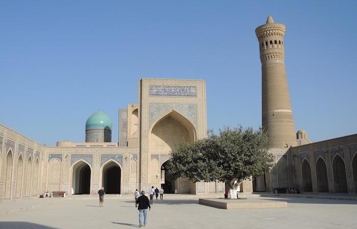 Bukhara, la moschea Kalon con l'imponente minareto che serviva anche come punto di riferimento per le carovane nel deserto. (G. Sandionigi)