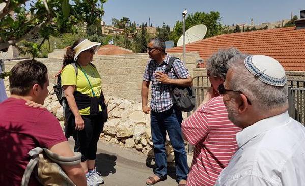 Yonathan Mizrachi, direttore dell'ong israeliana Emek Shaveh con un gruppo di visitatori (foto m.a.b./CTS)