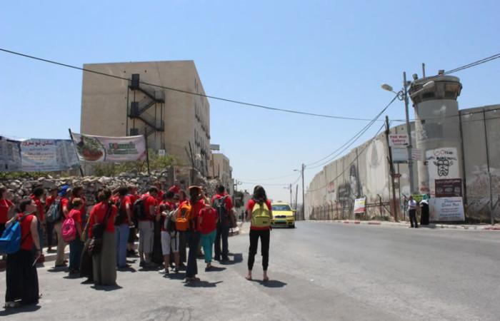 Betlemme. Davanti al Muro di separazione costruito da Israele. (foto R. Colombo)