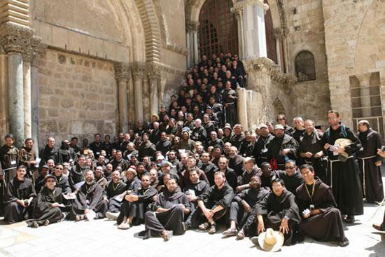 Foto di gruppo sul sagrato del Santo Sepolcro, a Gerusalemme.