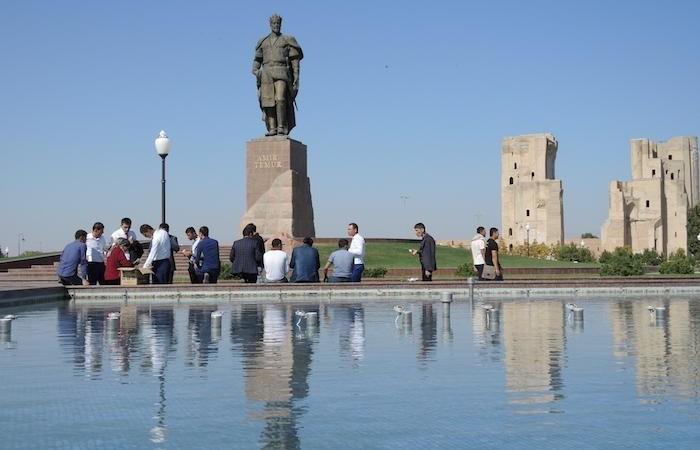 Le statue di Lenin hanno ceduto il campo a quelle di Tamerlano. Qui siamo a Shakhrisabz, sua città natale. (foto G. Sandionigi)