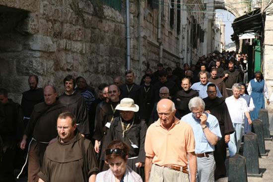 I frati partecipano alla<i> Via Crucis </i>del venerdì pomeriggio lungo la Via dolorosa.