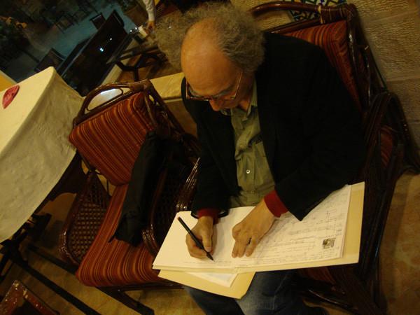 M. Canzoneri escribiendo el diario de las obras