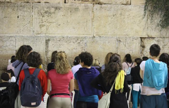 Alcune coriste di <i>Shekinah</i> davanti al Muro occidentale (<i>Kotel</i>), a Gerusalemme. (foto R. Colombo)