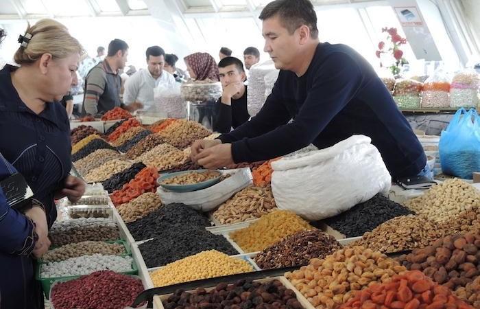 Frutta secca e disidratata nel mercato coperto di Samarcanda. Tra i banchi si vendono anche alcolici e carne di maiale. (foto G. Sandionigi)