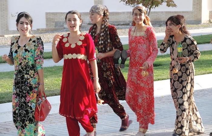 Ragazze in costumi tipici a Samarcanda. Metà della popolazione uzbeka ha meno di 35 anni. (foto G. Sandionigi)