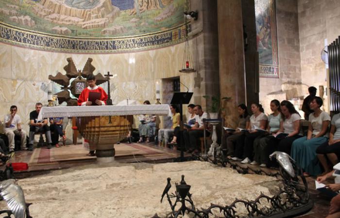 Don Bortolo presiede l'Eucaristia nella basilica dell'Agonia.