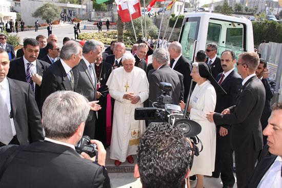 Papa Ratzinger accolto dai responsabili dell'ospedale pediatrico betlemmita.