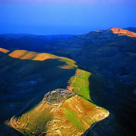 Il nido d'aquila del complesso monumentale archeologico di Macheronte, illuminato dai primi raggi del sole. (foto: Jane Taylor)