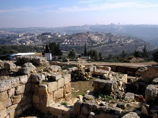 In primo piano i resti di alcune case abbattute nel villaggio di Nabi Samuel. Sullo sfondo i sobborghi israeliani di Gerusalemme. (foto C. Cruciati, 1/3)