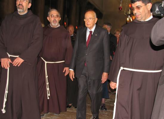 Napolitano nella basilica di Betlemme. Al suo fianco (da sinistra) il Custode di Terra Santa, fra Pierbattista Pizzaballa, fra Raffaele Caputo e fra Ibrahim Faltas.