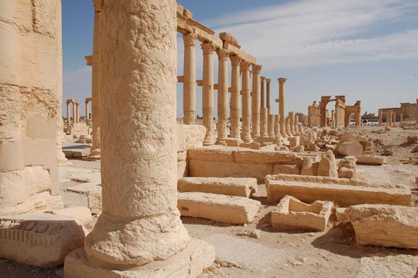 Il grande colonnato e i resti di un passato glorioso.