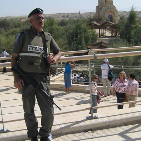 I soldati israeliani controllano e limitano l'accesso dei pellegrini.