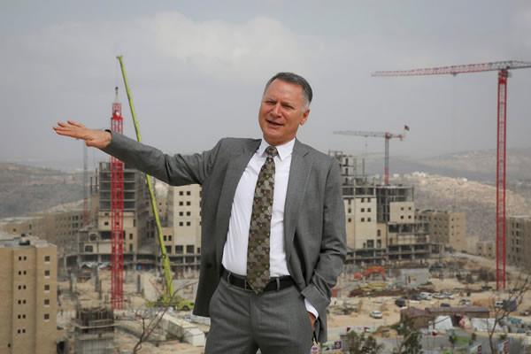 Bashar al-Masri mostra orgoglioso l'avanzamento del suo progetto. (foto Hadas Parush/Flash 90)