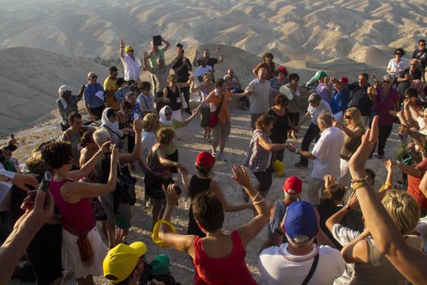 I pellegrini in una gioiosa danza nel deserto di Giuda.