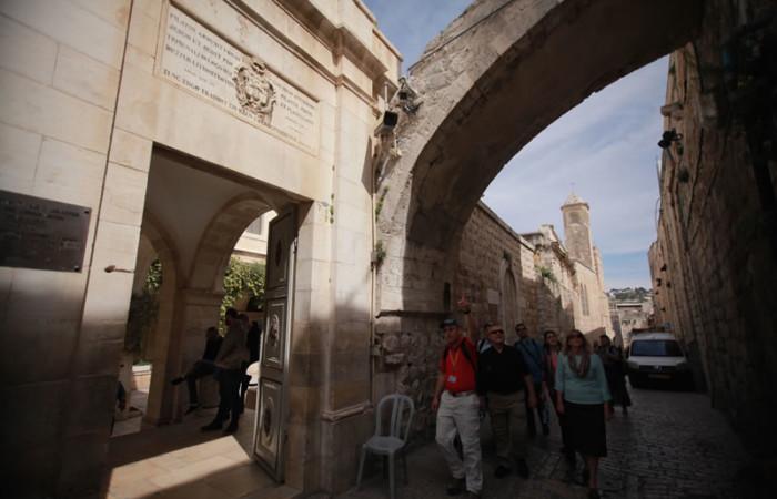 Un gruppo di pellegrini all'ingresso del convento francescano della Flagellazione, all'inizio della Via Dolorosa.