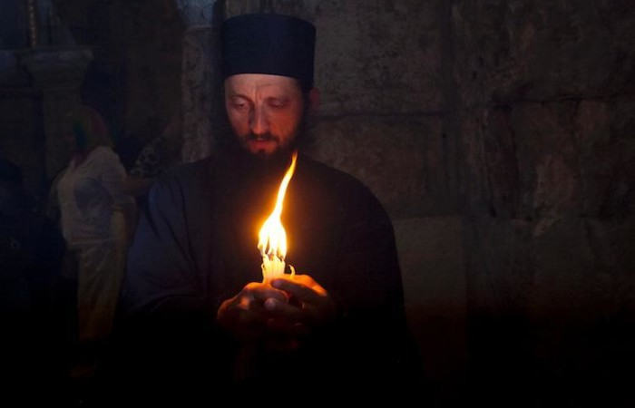 A Gerusalemme la cerimonia del Fuoco Santo è il rito pasquale più suggestivo per i fedeli ortodossi. (foto Marie-Armelle Beaulieu/CTS)