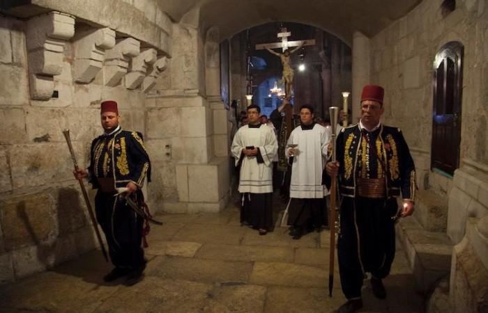 Venerdì Santo a Gerusalemme: i kawas in uniforme aprono il corteo per il Funerale di Gesù (foto Marie-Armelle Beaulieu/CTS)