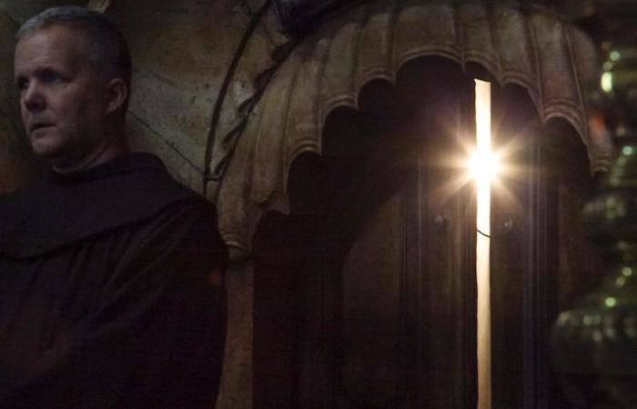 Pasqua a Gerusalemme, la porta dell'Edicola del Santo Sepolcro socchiusa e presidiata da un francescano della Custodia di Terra Santa. (foto Marie-Armelle Beaulieu/CTS)