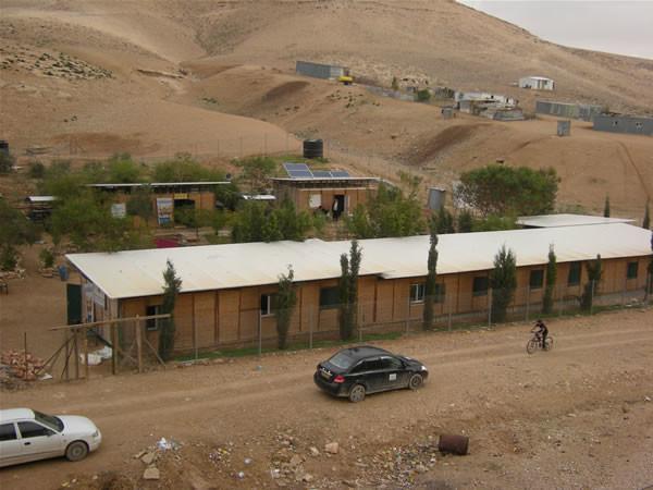 Il piccolo plesso scolastico più da vicino. Una delle costruzioni è sormontata da pannelli fotovoltaici.