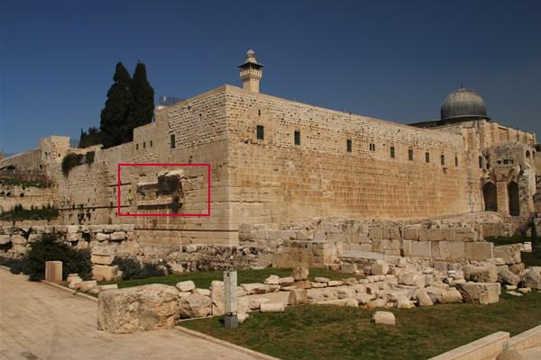 L'area archeologica con le vestigia dell'arco di Robinson (evidenziato nel rettangolo rosso) all'angolo sud-occidentale della Spianata delle Moschee.