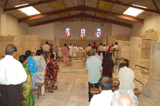 Un gruppo di pellegrini celebra la Messa nella basilica del Memoriale di Mosé, sul Monte Nebo.