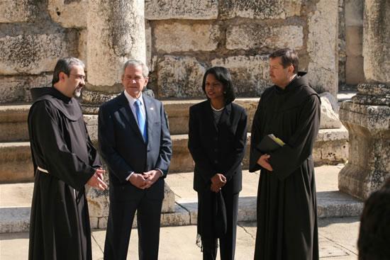Cafarnao, 11 gennaio 2008. Il Custode di Terra Santa, fra Pierbattista Pizzaballa e fra Peter Vasko, con il presidente americano George W. Bush e il segretario di Stato, Condoleezza Rice, tra le vestigia della sinagoga.
